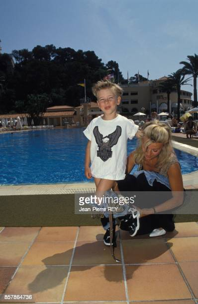 Le jeune chanteur Jordy au bord d'une piscine pendant ses vacances avec sa mere Patricia le 4 mai 1994 a Monaco