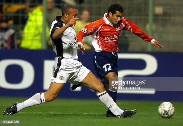 le joueur de Manchester United Mikaël Silvestre tente de tacler l'attaquant lillois le Marocain Salaheddine Bassir le 31 octobre 2001 au stade...