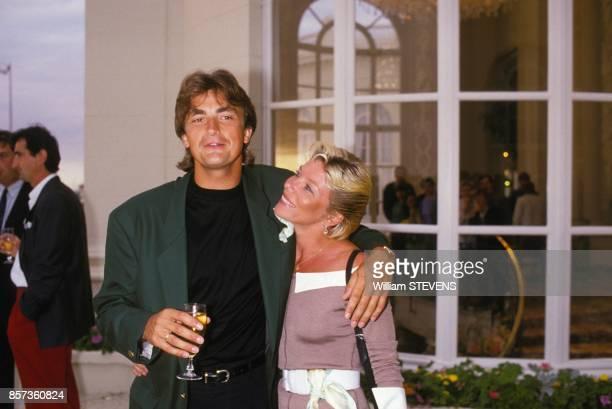 Le joueur de tennis francais Henri Leconte avec sa femme Isabelle au tournoi de golf le 31 juillet 1988 a Deauville France