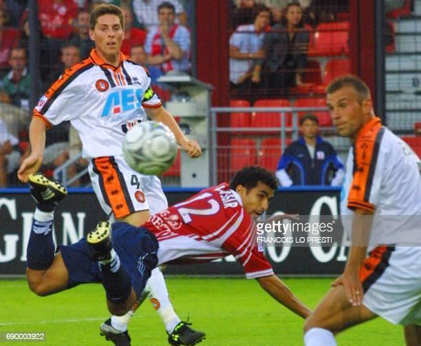 le joueur lillois Bassir Salaheddine est face aux Lorientais Gauvin Antony et Ferron Christophe le 04 août 2001 au stade Grimonprez Joris de Lille...