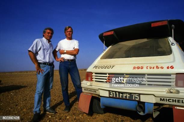 Le journaliste sportif Bernard Giroux et Ari Vatanen pilote de rallye finlandais lors de l'essai de la Peugeot 205 Turbo pour le rallye ParisDakar le...