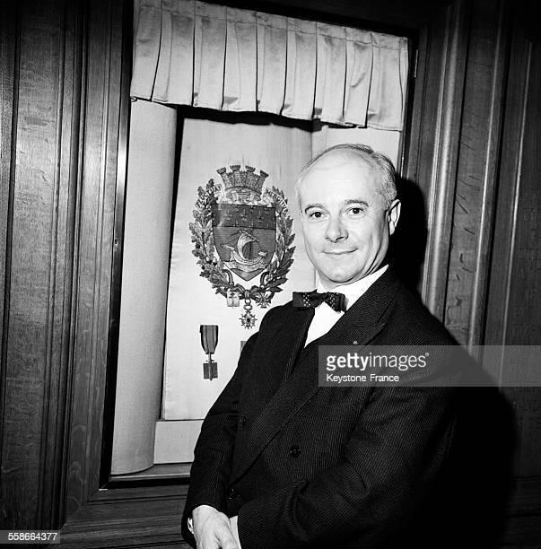 Le lauréat Paul Guth photographié après l'attribution du prix à l'Hôtel de Ville de Paris France le 15 janvier 1965