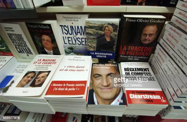 Le livre 'politique' du ministre de l'Intérieur et président de l'UMP Nicolas Sarkozy 'Témoignage' est présenté à la vente dans une librairie à Caen...
