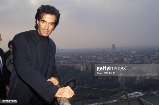 Le magicien David Copperfield sur la Tour Eiffel le 29 septembre 1994 a Paris France