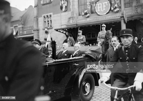 Le maire de Colmar et le président Albert Lebrun quittent la gare en voiture pour se rendre à la fête des Vins de France le 22 mai 1936 à Colmar...