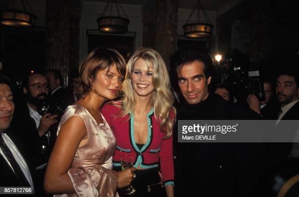 Le mannequin Elena Christensen et la compagne du magicien David Copperfield Claudia Schiffer avec le magicien a la fin de son spctacle le 29...