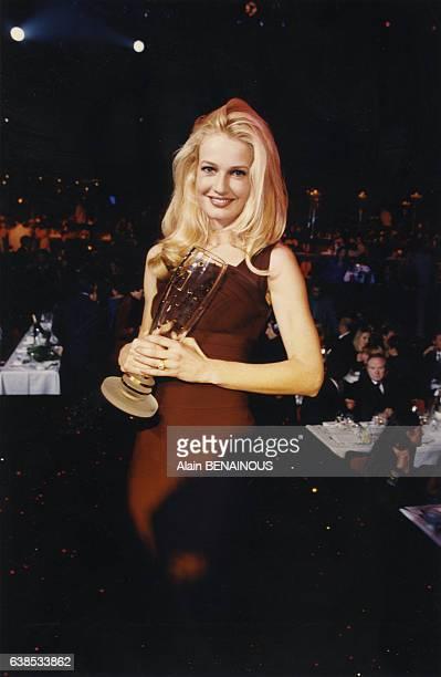 Le mannequin Karen Mulder avec dans les mains son Trophée de la mode le 21 novembre 1996 à Paris France