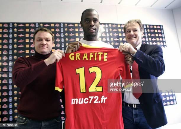 Edinaldo Batista Libano known as 'Grafite' new Brazilian forward of French football club Le Mans poses with the club's coach Frederic Hantz and...