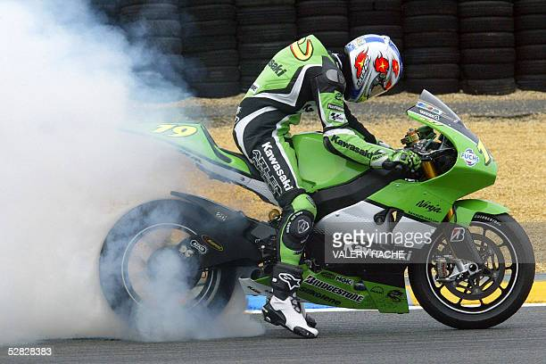 France's Olivier Jacque burns rubber on his Kawasaki at the end of the MotoGP French Grand Prix 15 May 2005 in Le Mans Italy's Valentino Rossi won...