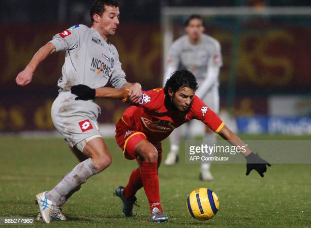Le Mans' Swiss midfielder Davide Chiumiento vies with Toulouse's French midfielder Gilles Siriex during their french L1 football match 28 January...
