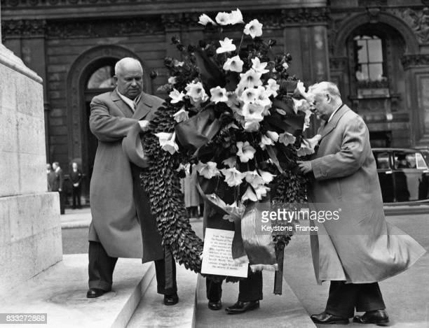 Le maréchal Boulganine et Nikita Khrouchtchev portant une couronne de fleur sur le cénotaphe à Londres RoyaumeUni en avril 1956