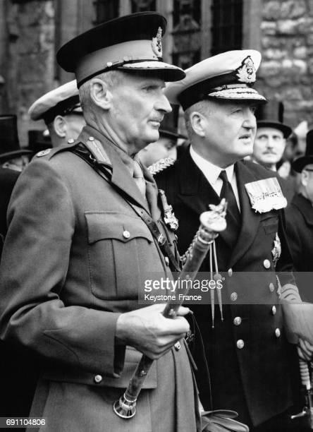 Le maréchal Montgomery aux funérailles du général Smuts tenant dans sa main son bâton de maréchal à l'Abbaye de Westminster à Londres RoyaumeUni le 9...