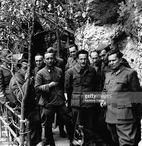 Le maréchal Tito entouré de ses plus proches collaborateurs dans son quartier général secret et très bien gardé dans les montagnes en Yougoslavie en...