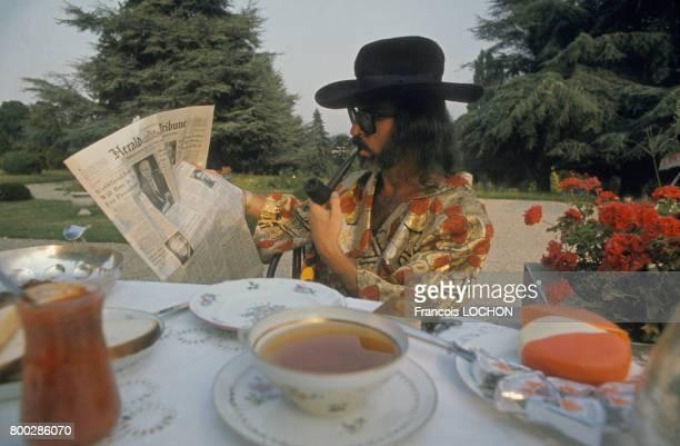 Le marchand d'art et faussaire d'oeuvres d'art Fernand Legros chez lui au petit déjeuner en France
