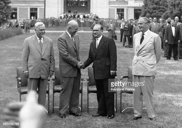 Le marechal Nikolai Bulganin Dwight David Eisenhower serrant la main d'Edgar Faure et sir Anthony Eden dans les jardins du palais des nations le 20...