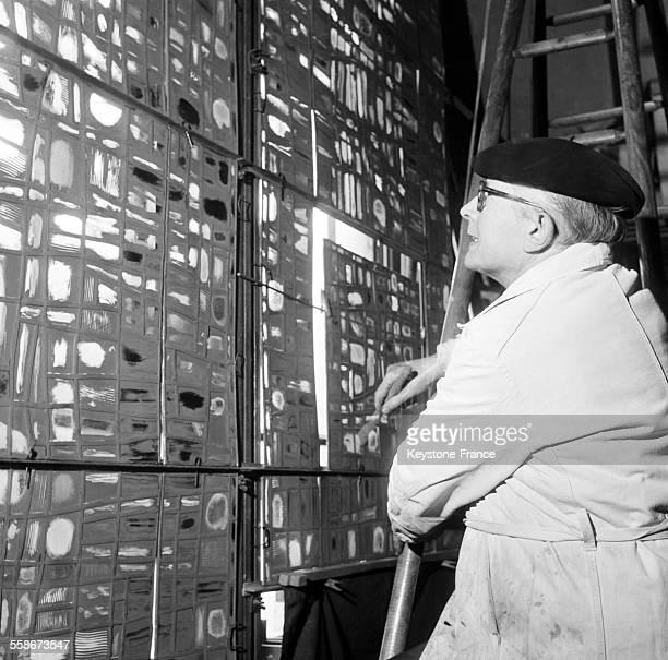 Le maître verrier Jacques Le Chevallier etudiant la teinte des nouveaux vitraux destines a NotreDame de Paris dans son atelier a Paris France le 7...