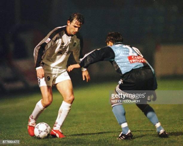 le Messin Vladan Lukic tente de dribbler le Havrais Djoni Novak le 21 février au havre lors du match Le Havre/Metz comptant pour la 27e journée du...