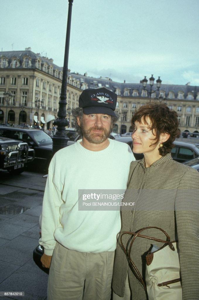 Le metteur en scene Steven Spielberg et son epouse Kate Capshaw se promenent dans les rues le 8 septembre 1993 a Paris, France.