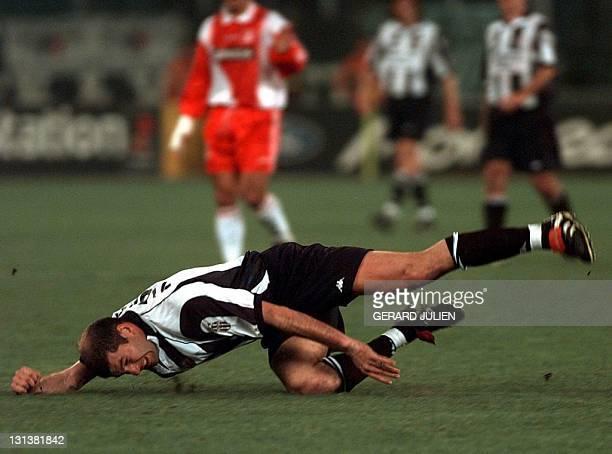 Le milieu de terrain de la Juventus Zinedine Zidane chute à la suite d'un contre avec la défense monégasque lors de la demifinale aller de la Ligue...