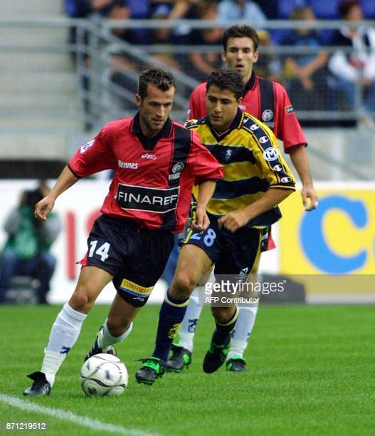 Le milieu de terrain rennais Philippe Delaye est aux prises avec le milieu de terrain sochalien Marcelo Luis Trapasso le 04 août 2001 au stade Bonal...