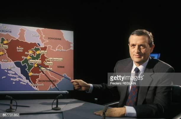 Le ministre de la Defense Francois Leotard invite de l'emission televisee '7 sur 7' sur TF1 le 13 fevrier 1994 a Paris France