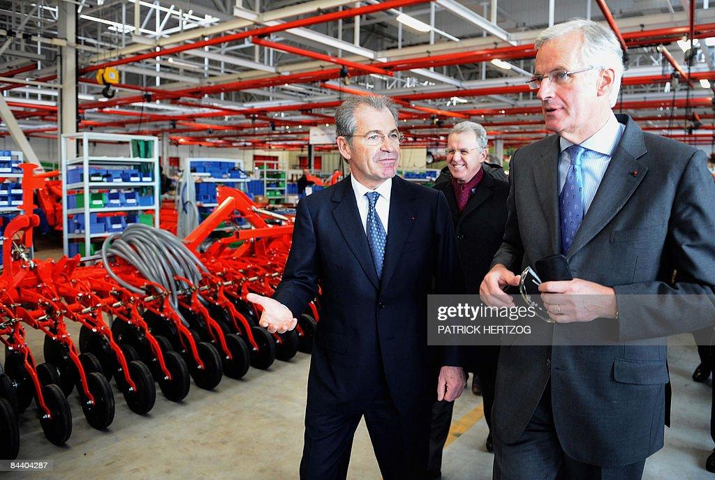 le ministre de l'Agriculture Michel Barnier (D) visite l'usine de machines agricoles Kuhn à Saverne, le 22 Janvier 2009, en compagnie du Président de la société Michel Siebert, lors de l'inauguration d'une nouvelle unité dédiée aux grosses machines agricoles. Michel Barnier a salué à Monswiller (Bas-Rhin) le 'courage' de l'industriel Kuhn qui a renoncé à délocaliser sa nouvelle usine de machines agricoles pour rester en Alsace, espérant ainsi sauver jusqu'à 200 emplois.