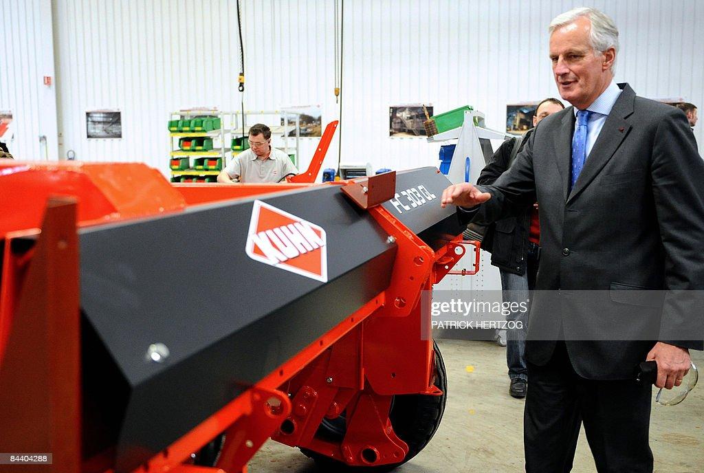 le ministre de l'Agriculture Michel Barnier visite l'usine de machines agricoles Kuhn à Saverne, le 22 Janvier 2009, lors de l'inauguration d'une nouvelle unité dédiée aux grosses machines agricoles. Michel Barnier a salué à Monswiller (Bas-Rhin) le 'courage' de l'industriel Kuhn qui a renoncé à délocaliser sa nouvelle usine de machines agricoles pour rester en Alsace, espérant ainsi sauver jusqu'à 200 emplois. AFP PHOTO / PATRICK HERTZOG