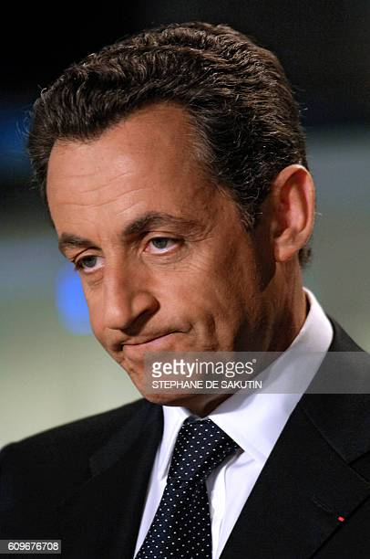 Le ministre de l'Intérieur Nicolas Sarkozy pose le 27 avril 2006 à Paris avant de participer au journal télévisé de la chaîne TF1 présenté par le...