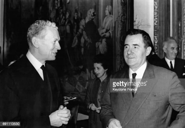 Le Ministre français des Affaires Etrangères Maurice Couve de Murville a reçu à l'Ambassade de France son homologue soviétique Andrei Gromyko pour un...