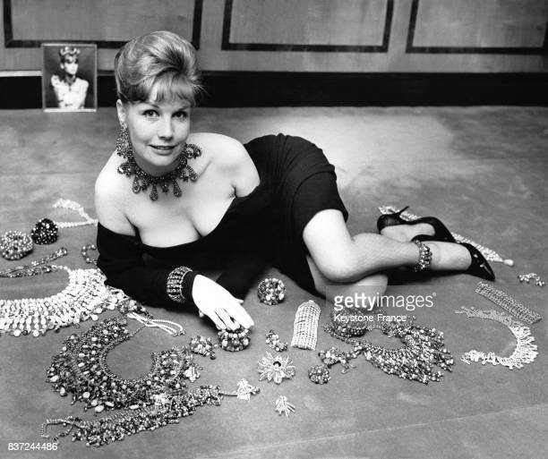 Le modèle britannique plantureux Elizabeth Flynn pose à côté des bijoux et des joyaux qui seront présentés lors de la convention des Joailliers...