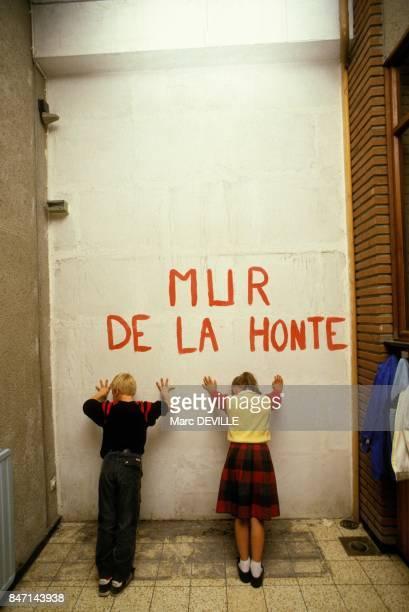 Le mur de la honte' dans une ecole belge pour denoncer la discrimination linguistique le 19 septembre 1985 en Belgique