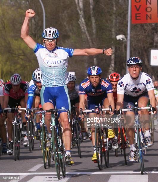 le Néerlandais Jans Koerts de l'équipe américaine MercuryViatel lève les bras le 14 mars 2001 en franchissant la ligne d'arrivée de la troisième...