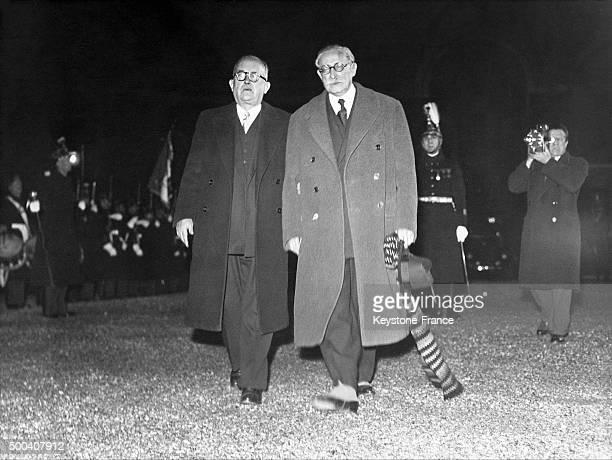 Le nouveau President de la Republique Vincent Auriol et le President du Conseil Leon Blum passent la garde de l'Elysee en revue le 16 janvier 1947 a...