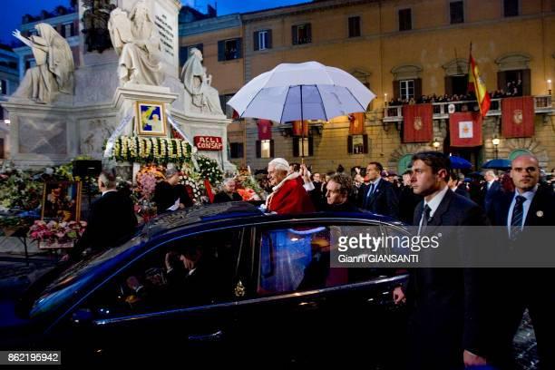 Le Pape Benoît XVI salue des fidèles en voiture devant la statue de la vierge sue la place Mignanelli à Rome le 8 décembre 2005 Italie