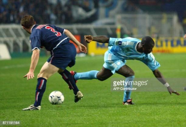 le Parisien Lionel Potillon prend le ballon au Marseillais Ibrahima Bakayoko le 26 octobre 2002 au Parc des Princes à Paris lors de la rencontre...