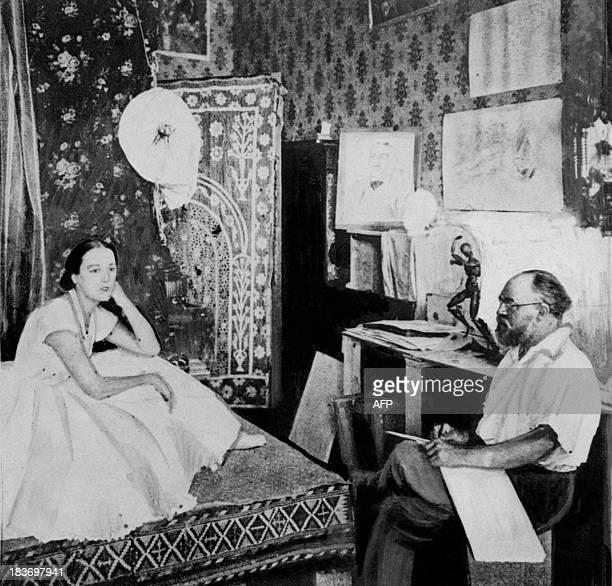 Le peintre et sculpteur français Henri Matisse dessine le modèle Henriette vêtue en danseuse dans son atelier en 1927 à Nice Après avoir suivi des...