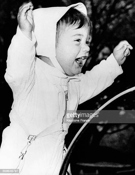 Le petit John Kennedy Junior fils du Président se tient debout dans sa poussette pour saluer l'Impératrice d'Iran lors de sa visite à la...