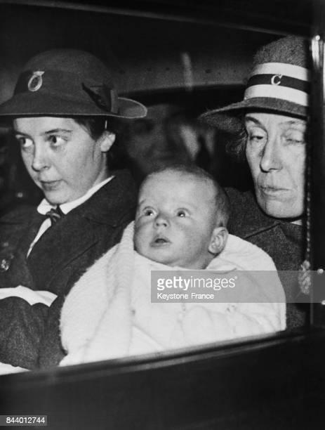 Le petit prince Edward fils du duc et de la duchesse du Kent et sa nurse arrivant en voiture chez ses parents à Sandringham House RoyaumeUni le 15...