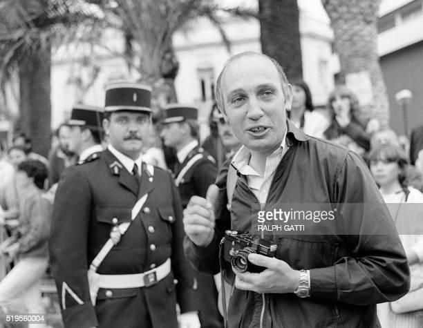 le photographe et réalisateur Raymond Depardon plaisante le 13 mai 1983 lors du festival du film de Cannes French photographer and director Raymond...