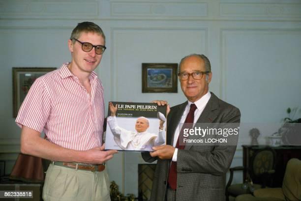 Le photographe François Lochon et Alain Decaux présentent le livre 'Le Pape Pélerin' sur les voyages de JeanPaull II septembre 1986 Paris France