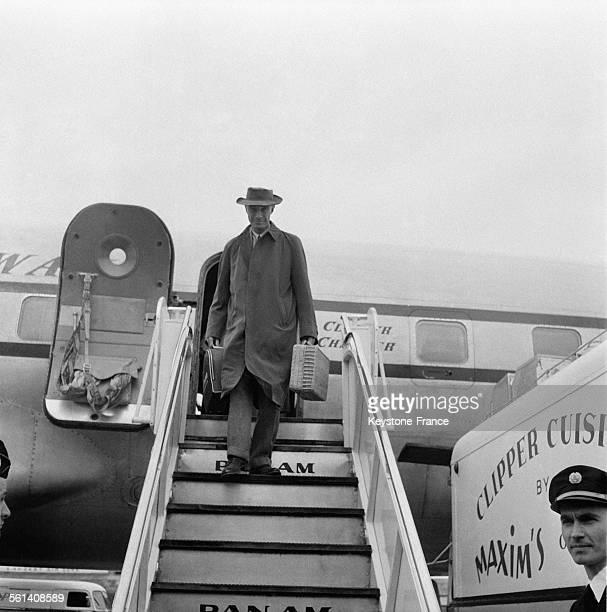 Le physicien américain Robert Oppenheimer père de la bombe atomique arrive à l'aéroport d'Orly afin de donner une série de conférences à la Sorbonne...