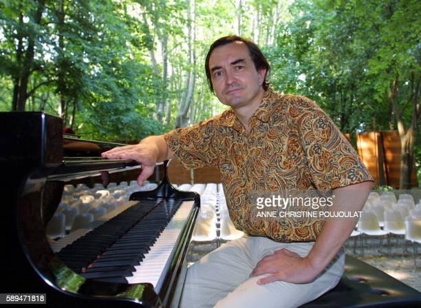 Le pianiste français PierreLaurent Aimard pose devant son piano le 28 juillet 2001 à La Roque d'Anthéron où il présente une 'promenade à travers...