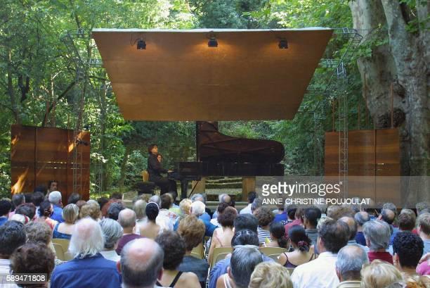 Le pianiste français PierreLaurent Aimard présente le 28 juillet 2001 a La Roque d'Antheron une 'promenade a travers l'histoire du piano' Une série...
