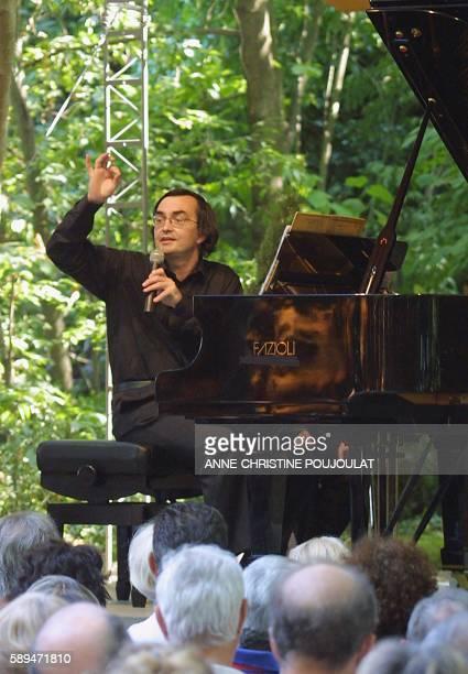 Le pianiste français PierreLaurent Aimard présente le 28 juillet 2001 à La Roque d'Anthéron une 'promenade à travers l'histoire du piano' Une série...