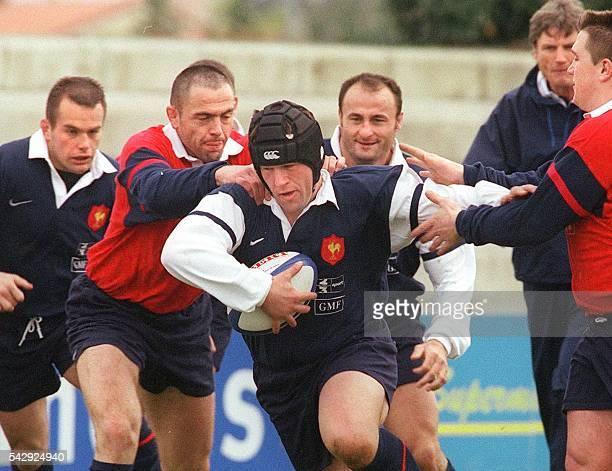 le pilier international Christian Califano ballon en main tente d'échapper à ses coéquipiers Yannick Bru Thierry Cleda Marc Dal Maso et Sylvain...