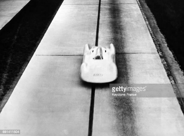 Le pilote automobile Bernd Rosemeyer dans sa 'Flèche d'argent' tentant d'améliorer son précédent record de vitesse sur l'autoroute FrancfortDarmstadt...