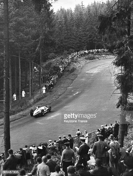 Le pilote de course automobile anglais Richard 'Dick' Seaman vainqueur du Grand Prix d'Allemagne dans sa 'flèche d'argent' MercedesBenz sur la piste...