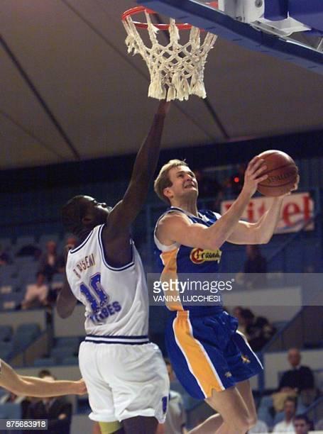 le pivot espagnol Matti Kuisma est à la lutte avec le Français Brice Bisseni le 10 novembre 1999 à Antibes lors de la rencontre Olympique...