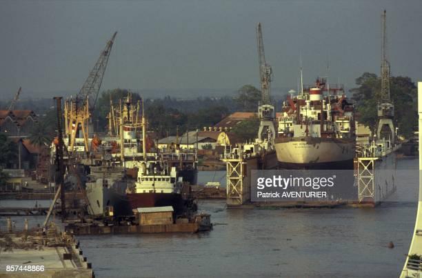 Le port en janvier sur le fleuve baptise Riviere de Saigon 1992 a HoChiMinhVille Vietnam