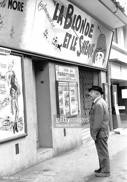 Le poète Jacques Prévert devant un cinéma circa 1960 à Paris France